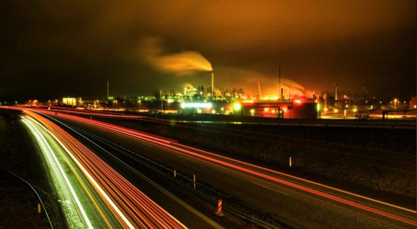 Motorvej og fabrikker