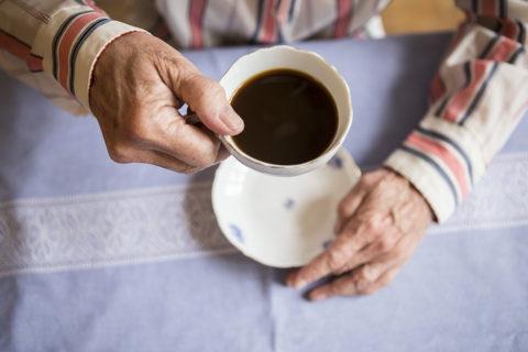Ældre mand drikker kaffe, foto af Mark Knudsen