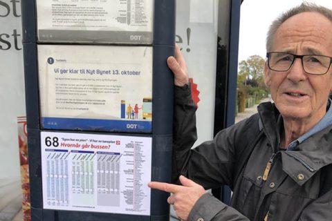 Michael og busskilt med kØreplan